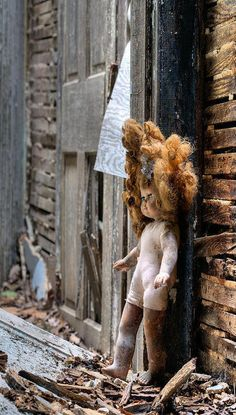 放棄 Child's Doll In Old Abandoned Farm House