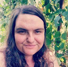 Mulher desiste de lutar contra excesso de pelos faciais e deixa barba crescer