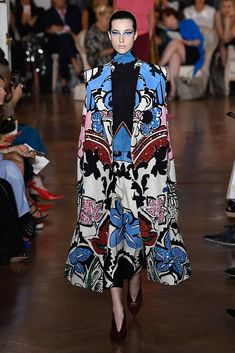 See all the Collection photos from Valentino Autumn/Winter 2018 Couture now on British Vogue Valentino Couture, Valentino 2017, Valentino Paris, Valentino Shoes, Fashion 2018, Runway Fashion, Fashion Dresses, Fashion Trends, Fashion Weeks