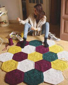 55 Ideas for crochet rug tutorial blankets Crochet Afghans, Crochet Hexagon Blanket, Hexagon Quilt Pattern, Crochet Rug Patterns, Crochet Mittens, Crochet Patterns For Beginners, Knitting For Beginners, Crochet Doilies, Crochet Rugs