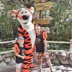 #bestbuddies  . W Disneylandzie do niektórych postaci czeka idę i po 40 minut ale Tigger na szczęście stał w cieniu i można było poczekać te kilkanaście minut. Uśmiech od ucha do ucha i uścisk dłoni na pamiątkę. Disneyland na jesienny deszczowy weekend to zdecydowanie moja najdziwniejsza z wycieczek. Cały czas się zastanawiam czy mi się podoba. A może jesień powinna być  herbatką i kocem? #problemtrzeciegoswiata  . . . . . . . . . #kanadasienada  #goodtime #memories #wycieczka #funtimes…