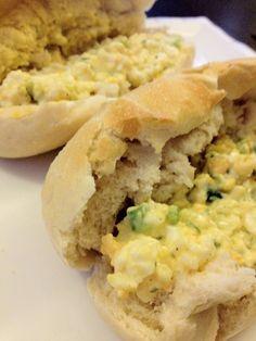 Een heerlijke en snelle eiersalade. Lekker op een broodje. Tijd: 10 min. Benodigdheden: (voor 2/3 broodjes) 2 eieren 1 bosui 3 eetlepels mayonaise Halve theelepel peterselie Zout en peper Bereidingswijze: Zet een pannetje water op voor de eieren. Als het water kookt laat je de eieren met een lepel zachtjes in het pannetje glijden. Zelf …