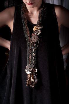 Gris oscuro punto collar de cuero, hilo de pestaña marrón, círculos de cuero marrón y plata