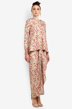 Laid back kurung pendek with front pleats sarong, tulip cut Modern Hijab Fashion, Muslim Fashion, Modest Fashion, Fashion Dresses, Kebaya Dress, Kebaya Lace, Baju Kurung Moden Lace, Muslimah Wedding Dress, Eid Outfits