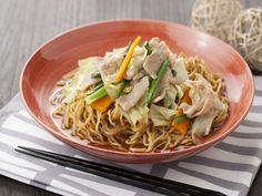 那須の人気ご当地メニュー「スープ入り焼きそば」を家庭でも♪ ウスターソースで味つけした焼きそばに、肉や野菜をトッピング。ポイントとなるスープには「ヤマサ鮮度の一滴 超特選しょうゆ」を入れ旨味たっぷりの仕上がりに。