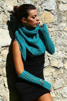 #scialle, portato come sciarpa, e #manicotti traforati con applicazione metallica. 100% lana. #Shawl, worn as a scarf, and openwork #sleeves with metal detail. 100% wool #handmade #knitwear