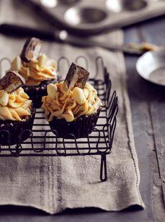 De her cupcakes er lidt for meget! Men på den absolut gode måde. Opskriften er med peanutbutter-frosting, karamelsauce og en snickers på toppen.
