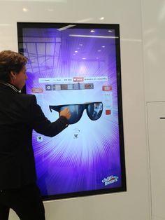 Flagship store Chilli Beans : les clients peuvent se servir d'un écran tactile pour personnaliser leur paire de lunettes de soleil.