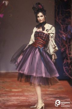 Christian Lacroix Spring/Summer 1999 collection. Photo Etienne Tordoir. Courtesy Catwalkpictures.com, all rights reserved