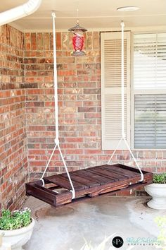Super easy pallet project for a rustic porch swing!