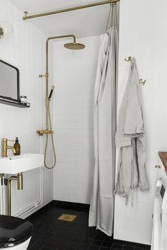 Brass bathroom fittings - via Coco Lapine Design blog