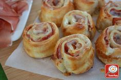 Girelle with speck: Roll out the pastry and distribute .- Girelle with speck: Roll out the puff pastry and spread a layer of speck slices on it to cover it completely (the slices must - Puff Pastry Appetizers, Bread Appetizers, Best Appetizer Recipes, Vol Au Vent, Romanian Food, Party Finger Foods, Antipasto, Fett, Food Dishes