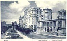 Avenida Rio Branco, onde hoje se localiza a Cinelândia. À direita, a Câmara. O primeiro prédio, é onde existe o Bar Amarelinho. Ao fundo, o antigo Palácio Monroe, que não existe mais.
