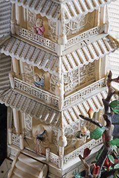 Pagode à sept étages et sa terrasse, ivoire sculpté et ajouré, partiellement polychromé, pierres semi-précieuses (détail de la tour). Chine, dynastie Qing, Guangzhou (Canton), vers 1845. Coll. MADOI (inv. n° OA.2012.2263)