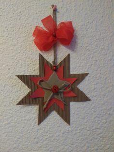 Podéis hacer estrellas tan bonitas como esta, con materiales que tengáis en casa, cartulinas, cartón, botones... etc