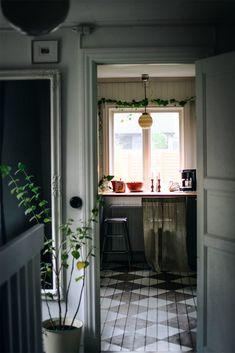 Hemma hos Malin Mighetto (Mrs Mighetto) - Lovely Life Queenslander, Homemaking, Flooring, Interior, Kitchen, Table, Furniture, Board, Home Decor