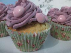 Cupcake de baunilha com recheio de figo com chantily e confeito de chocolate.