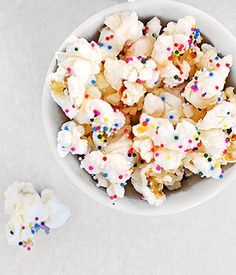 Perfect party popcorn recipe made with white chocolate and candy sprinkles. Birthday Cake Popcorn, My Birthday Cake, Chocolate Candy Melts, White Chocolate Popcorn, Party Popcorn Recipes, Sprinkle Party, Sprinkle Shower, Rainbow Popcorn, Sweet Popcorn