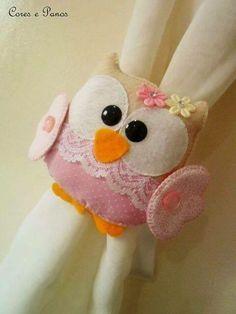 I like the idea that basically any felt creation can be turned into a curtain tie. Felt Owls, Felt Animals, Owl Crafts, Baby Crafts, Felt Fabric, Fabric Dolls, Felt Patterns, Sewing Patterns, Christian Crafts
