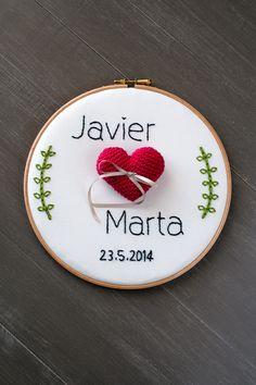 Un bastidor porta alianzas para J Wedding Boxes, Wedding Frames, Wedding Favours, Diy Wedding, Rustic Wedding, Embroidery Hoop Art, Custom Embroidery, Embroidery Patterns, Wedding Ring Cushion