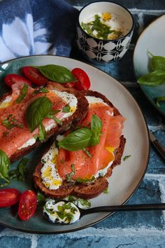 Smoked salmon sandwiches - Smoked salmon toast – L& de Steph et Lolie - Salmon Toast, Smoked Salmon Sandwich, Cinnamon Roll French Toast, Happy Foods, Chorizo, Enchiladas, Sandwiches, Food Inspiration, Entrees