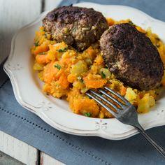Gemüsestampf aus Kartoffeln und Möhren und eine herzhafte Frikadelle machen dieses simple Gericht zur neuen (alten) Leibspeise für Klein und Groß.