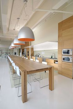 "Ideas and How to Build Canteen for Your Office. How to Build Canteen for Your Office. The canteen comes from the Dutch word ""kantine"", which is a room in a public building that can be used by visito. Cafeteria Design, Cocina Office, Kitchen Office, Kitchen Modern, Kitchen Ideas, Workspace Design, Office Interior Design, Office Designs, Interior Modern"