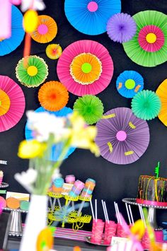 Un fondo precioso para una fiesta neón! / A lovely backdrop for a neon party!