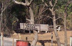 En Piriápolis, el dueño del predio mantiene a raya a los curiosos con una ortografía intimidante. Gracias Sergio.