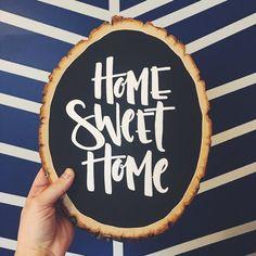 Home Sweet Home schoolbord hout segment teken  Over onze hout segment tekenen:  + Maatregelen tussen 8-10 inch breed en 12-15 inch lange + + Origineel ontwerp is gehonoreerd met een acrylverf pen + hand + Elk segment wordt bespoten met een beschermende Afdichtmiddelen + + Een zaagtand hanger wordt geleverd bij elke hout segment + + Elk segment is uniek en een van een soort, en zullen variëren in grootte en vorm +  ----------  Laat 3-5 werkdagen voor verwerking. Uw houten slice zal zorgvuldig…