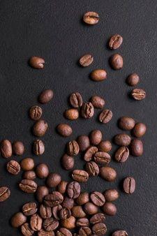 Organic Coffee Beans, Fresh Coffee Beans, Grinding Coffee Beans, Coffee Roasting, Coffee Words, Coffee Flask, Cream Tea, Black Table, Coffee Branding