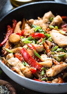 Lorsqu'on cuit un aliment, il faut savoir qu'on détruit une partie de ses nutriments. Mais rassurez-vous, toutes les cuissons ne se valent pas et certaines préservent mieux les aliments que d'autres. 😉  #cuisson #aliments #cuisine #nutriments #apports #nutrition #santé #healthy #healthyfood #healthylifestyle #vitamines #minéraux #vapeur #wok #papillote #sain #naturel #bio #légumes #poulet #chicken Kung Pao Chicken, Bio, Nutrition, Ethnic Recipes, Vitamins, Food
