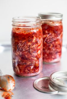 Pinkes Kimchi selbstgemacht – Rezept für fermentierten Kohl mit roter Beete – feiertäglich…das schöne Leben Kimchi, Chili Sauce, Eat This, Snacks, Sauerkraut, Summer Vibes, Mason Jars, Winter, Salad