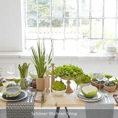 Umgesetztes Tischstyling im Workshop mit natürlichen Farben und viel Grün! Auch Gemüse kann hierbei als Dekoration unterstützend wirken. Mehr Infos auf roomido.com