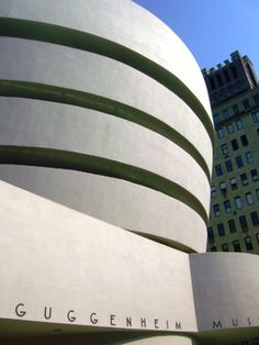 Guggenheim Museum by Frank Lloyd Wright Places To Travel, Places To See, Amazing Buildings, Frank Lloyd Wright, Surfboard, New York City, Facade, Museum, Exterior