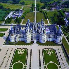 This is amazing to visit. Been there really stunnung :) The Castle of Chambord at Chambord, Loir-ET-Cher, France Beautiful Castles, Beautiful Buildings, Beautiful Places, Chambord Castle, Places To Travel, Places To Visit, Normandie France, Castle House, Fairytale Castle
