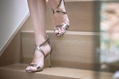 Looking how to make heels more comfortable? Here are a few 10 handy high heel hacks to make your high heels more comfortable + tips on buying comfy heels! Comfortable High Heels, Comfy Heels, How To Stretch Shoes, How To Make Shoes, High Heel Protectors, Walking In High Heels, Shoes Too Big, Black High Heels, Womens High Heels