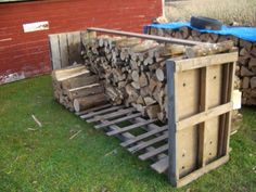 You want to build a outdoor firewood rack? Here is a some firewood storage and creative firewood rack ideas for outdoors. Pallet Crafts, Pallet Projects, Home Projects, Pallet Ideas, Pallet Wood, Outdoor Firewood Rack, Firewood Storage, Outdoor Storage, Firewood Holder