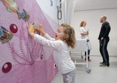 The experience also includes hands-on objects such as magnetic fishes that patients can move and playful elements in the waiting areas. Photo: ©Wim Verbeek