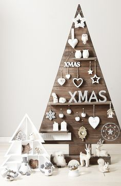 25 Ideas of How to Make a Wood Pallet Christmas Tree | http://www.designrulz.com/design/2014/11/25-ideas-make-wood-pallet-christmas-tree/