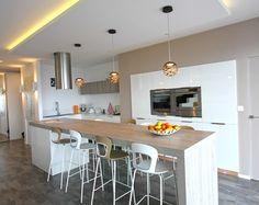 Atelier OCTA, aménagement d'un appartement à la Croix-Rousse, Lyon, cuisine, mange-debout, bar, table, faux plafond, blanc et bois