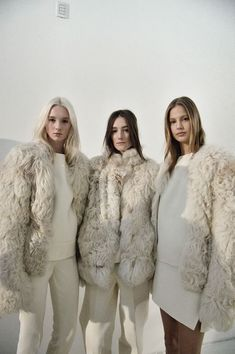 Stylish coats, fur stoles, scarves and outerwear ideas for the modern, fashion-led bride. Winter wedding style never looked so good. Fur Fashion, Look Fashion, Winter Fashion, Womens Fashion, Modern Fashion, Milan Fashion, Street Fashion, Beige Outfit, Winter Trends