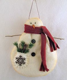 How To Make Primitive Snowmen Ornaments Out Of Cotton Batting – Wie man primitive Schneemann-Ornamente aus Baumwollwatte herstellt – Felt Snowman, Snowman Crafts, Christmas Projects, Felt Crafts, Holiday Crafts, Wood Crafts, Primitive Christmas Ornaments, Handmade Ornaments, Diy Christmas Ornaments