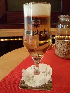 Cerveja Königsbacher Pilsner, estilo German Pilsner, produzida por Königsbacher Brauerei, Alemanha. 4.8% ABV de álcool.