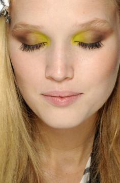 Yellow and brown eye make up Beauty Make-up, Beauty Hacks, Hair Beauty, Fashion Beauty, Makeup Art, Makeup Tips, Hair Makeup, Makeup Ideas, Yellow Eyeshadow