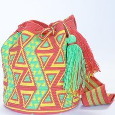 Hermosa Wayuu Mochila Bag Gostaria muito de aprender a fazer esse tipo de bolsa,elas sao lindas.