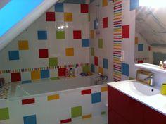 Salle de bain colorée : meuble et faïence carré blanc et couleur Leroy merlin, faïence frise rayée Touraine carrelage