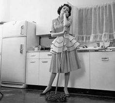 Bored Woman Housewife Wearing Apron Leaning On Mop On Kitchen Floor - Vintage Life Network 1950s Housewife, Vintage Housewife, Housewife Costume, Bored Housewives, Vintage Wife, Vintage Humor, Vintage Glamour, Vintage Black, What To Do When Bored