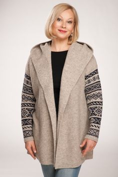 Stylish jacket with hood and patterned sleeves. Stylish Jackets, Cardigans, Sweaters, Wool Yarn, Knit Cardigan, Hooded Jacket, Knitwear, Coats, Sleeves