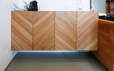 Iepenhouten keuken te Breda | Studio SOOL | servieskast in Hoongaarse punt van gewaterd iepenhout.